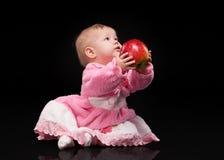 Bebê pequeno em um fundo preto Fotografia de Stock Royalty Free
