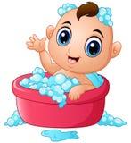 Bebê pequeno engraçado que tem o banho com espuma do sabão em uma banheira ilustração do vetor