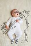 Bebê pequeno esboçado como a estrela do rock imagens de stock