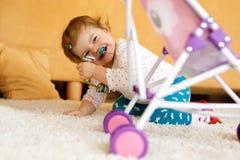 Bebê pequeno feliz da criança que joga o esconde-esconde em casa Criança que tem o divertimento com pais ou irmãos Foto de Stock Royalty Free
