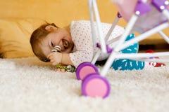 Bebê pequeno feliz da criança que joga o esconde-esconde em casa Criança que tem o divertimento com pais ou irmãos Fotos de Stock Royalty Free