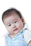 Bebê pequeno feliz do close up que olha a câmera ao encontrar-se na cama Imagem de Stock Royalty Free