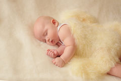 Bebê pequeno na cama Fotos de Stock Royalty Free