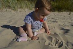 Bebê pequeno na praia imagem de stock royalty free