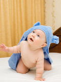 Bebê pequeno na toalha azul #6 fotografia de stock royalty free