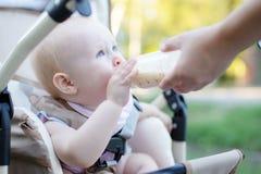 Bebê pequeno que alimenta com uma colher fotografia de stock