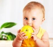 Bebê pequeno que come a maçã Foto de Stock