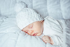 Bebê pequeno que dorme docemente Fotos de Stock