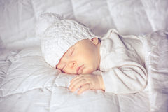 Bebê pequeno que dorme docemente Imagens de Stock Royalty Free