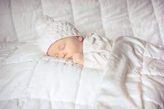 Bebê pequeno que dorme docemente Imagens de Stock