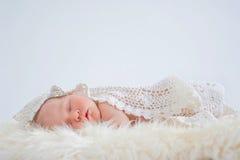 Bebê pequeno que dorme docemente Fotos de Stock Royalty Free