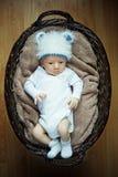 Bebê pequeno que encontra-se na cesta. Foto de Stock Royalty Free