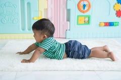 bebê pequeno que encontra-se na cobertura macia imagem de stock