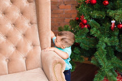 Bebê pequeno que está perto da árvore de Natal Criança dos anos de idade que espera o ano novo 2017, conceito de família feliz Foto de Stock Royalty Free