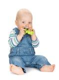 Bebê pequeno que guarda um brinquedo fotografia de stock royalty free