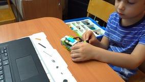 Bebê pequeno que joga com blocos pequenos coloridos de um construtor video estoque