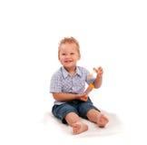 Bebê pequeno que joga com bolhas de sabão Imagens de Stock