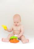 Bebê pequeno que joga com brinquedos imagens de stock royalty free