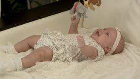Bebê pequeno que joga com brinquedos em casa imagens de stock