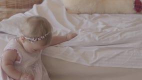 Bebê pequeno que joga na cama dentro Crian?a bonito em casa Crian?a bonita com m?e Tendo o divertimento Movimento lento video estoque