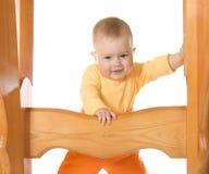 Bebê pequeno que permanece com a tabela #3 isolada Imagem de Stock Royalty Free