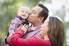 Bebê pequeno que tem o divertimento com mãe e pai Outdoors Foto de Stock Royalty Free