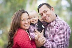 Bebê pequeno que tem o divertimento com mãe e pai Outdoors Imagem de Stock Royalty Free