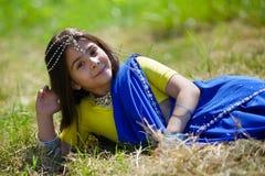 Bebê pequeno, vestido em um sari da cultura indiana Foto de Stock
