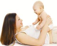 Bebê positivo que joga com mãe nova imagens de stock