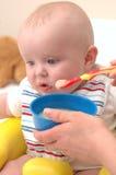 Bebê que alimenta em batatas doces imagem de stock