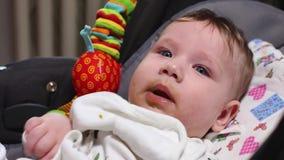 Bebê que alimenta, puericultura do conceito, primeiro alimento A mãe dá à criança a primeira refeição com uma colher, que se enco filme