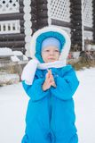 Bebê que anda em uma jarda da neve - excursão do inverno imagens de stock