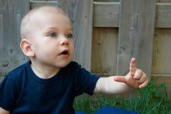 Bebê que aponta ou descoberta do bebê fotos de stock