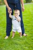 Bebê que aprende andar fora Mãe feliz e seu jogo do filho foto de stock royalty free