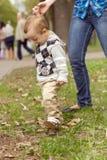 Bebê que aprende andar no parque foto de stock