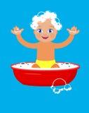 Bebê que banha-se em uma bacia Imagens de Stock Royalty Free