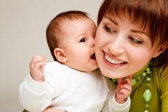 Bebê que beija a matriz Fotografia de Stock