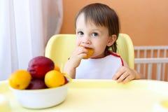 Bebê que come frutas foto de stock royalty free