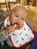 Bebê que come o alimento fotos de stock royalty free