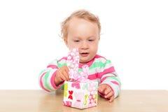 Bebê que desempacota o presente. Imagens de Stock Royalty Free