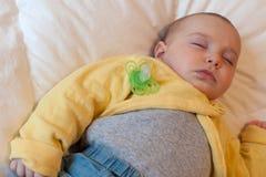 Bebê que dorme com chupeta Imagens de Stock