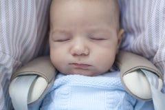 Bebê que dorme em seu carrinho de criança um o dia ensolarado fotos de stock