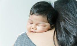 Bebê que dorme em seu ombro da mamã Fotos de Stock Royalty Free