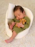 Bebê que dorme no mini assento fotografia de stock