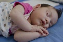 Bebê que dorme pacificamente imagens de stock