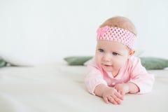 Bebê que encontra-se em seu estômago Fotos de Stock Royalty Free