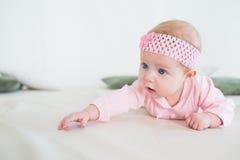 Bebê que encontra-se em seu estômago Fotografia de Stock Royalty Free