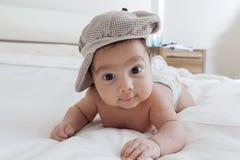 Bebê que encontra-se em sua parte dianteira Imagem de Stock