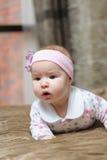 Bebê que encontra-se na barriga e que faz caretas Imagem de Stock