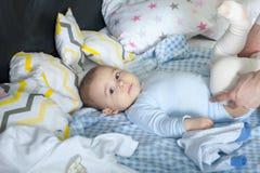 Bebê que encontra-se na cama Foto de Stock